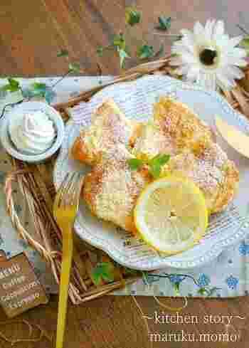 レモンとヨーグルトのさわやかな組み合わせが絶品!チーズケーキを思わせる、デザートにぴったりなフレンチトーストです。  ヨーグルトを使用した卵液はとろみが強いので、冷蔵庫でじっくり寝かせる必要があります。パンの中心までたっぷりと卵液を染み込ませることで、やわらかくしっとりとした食感に仕上がりますよ。トッピングには、ホイップクリームがおすすめです。