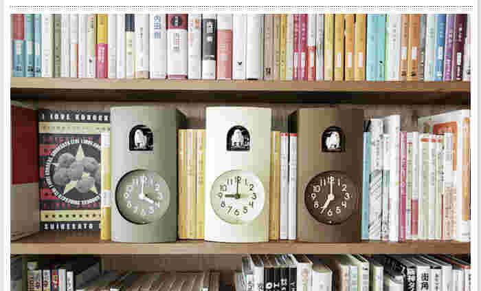 こちらは、鳩時計の概念を変えてしまうようなデザインの置時計です。小さな本型の置時計から鳩が出てきて時間を知らせてくれる、面白みのある置時計で、毎日の生活に癒しをもたらしてくれそうですね♪ナチュラルな色合いも素敵です。