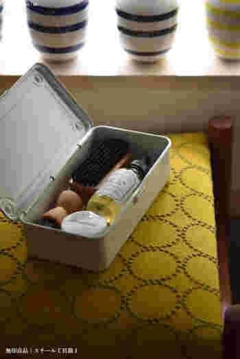無印良品の丈夫でシンプルなスチール工具箱に革製品のお手入れグッズをまとめているとか。必要なものがちょうど収まる絶妙なサイズ感ですね。