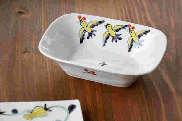 人気の陶芸作家、内村七生によるほっこり可愛い小鳥の器です。赤い実をついばみながら飛び交う黄色の小鳥たちが、あたたかいタッチで描かれています。