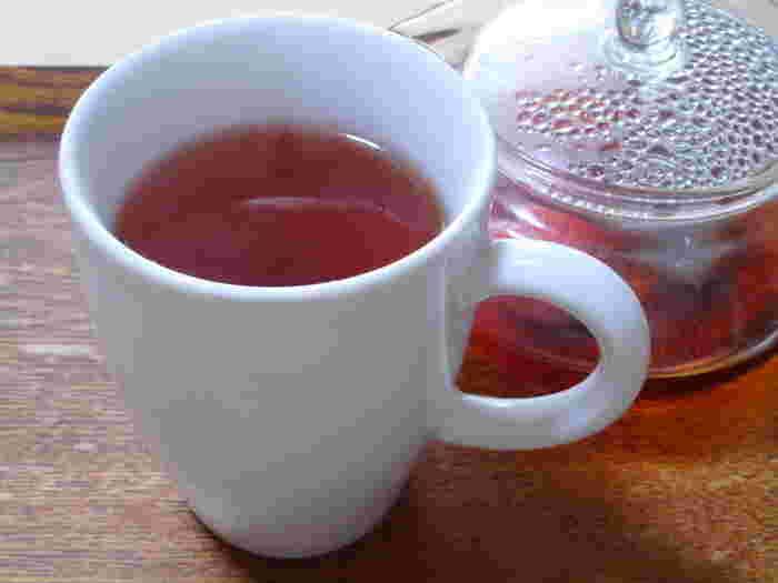 ルイボスティーはティーバッグだと、飲みたい時に手軽に淹れられます。まず味見してみたい方は、少量のティーバッグ商品を探してみるのもおすすめ。こちらは、苺を使ってフルーティーにアレンジした飲み方です。苺はフレッシュなものを使用。お湯を入れて一緒に蒸らすだけなのでとっても簡単にできますよ♪