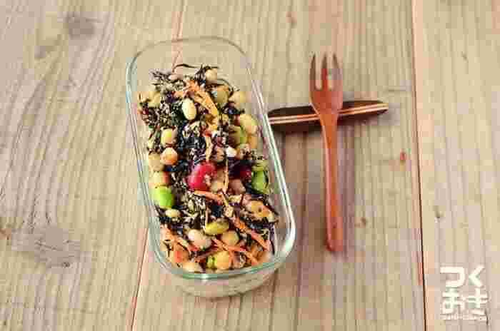食事が不規則になりがちなときに一品加えたくなるコンビニの豆サラダ。野菜のビタミンや食物繊維だけでなく、豆類を合わせることでたんぱく質も摂ることができるこのメニューを、おうちで手軽に再現できたらいいですよね。こちらでは調味酢を使っていますが、ポン酢などで風味をつけてもおいしそう。
