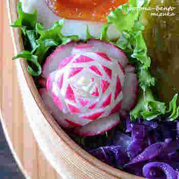 赤と白のコントラストがかわいいラディッシュは、お弁当をグッと華やかに見せてくれる野菜。飾り切りは慣れれば3分ほどで作れますが、前の晩に作っておくと安心ですね。