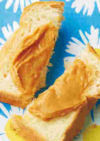 バターとはちみつ、きなこを混ぜるだけの簡単レシピです。忙しい朝でもささっと作れて、トーストに塗っておいしくいただけますよ。パン好きさんなら、たっぷり作り置きしておいてもいいですね。