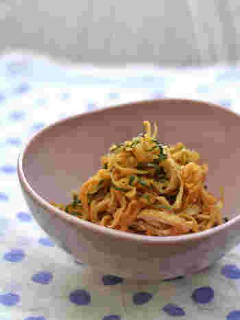 コリコリ食感が楽しい切り干し大根のレシピです。油揚げは、煮るだけじゃなく、細切りにして和えるだけでも最高の一品に大変身します。おろししょうがと大葉の風味も楽しんで。