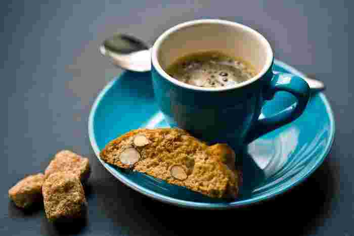 そのままでももちろんおいしいのですが、本場イタリアでは、コーヒーに浸しながら食べるのが一般的だとか。コーヒーがしみて食感の違いが生まれるのも楽しいですね。