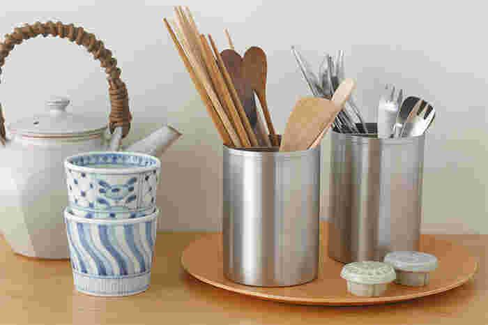 高さ11cmの「11」はキッチンだけでなく、お箸やカトラリーなどを入れてそのままテーブルに出すこともできて便利。シンプルな見た目は、和洋どんなキッチンにも食卓にもスッキリとマッチしてくれそう。