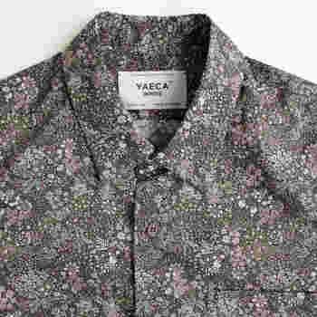 テキスタイルメーカー「LIBERTY ART FABRIC」の生地を使ったシックな花柄シャツ。ブラウンベースにスモーキーな花柄が優しい雰囲気です。