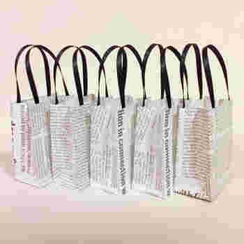 シックな英字新聞のデザインがおしゃれな「ミニギフトバッグ」です。奥行き2.5cmなので、小さめの手作りスイーツの他にも、ちょっとしたメッセージカードなども一緒に入れる事ができますよ。