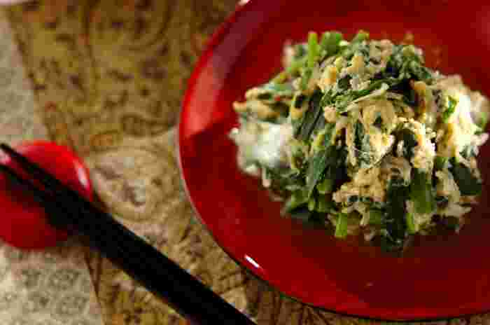 甘くて美味しいさわらの西京焼きに合わせたいのが、黄色と緑が美しい「ニラとしらすの卵とじ」です。しらすをプラスする事でカルシウムもアップ。そして何より炒るように作れるので何より簡単に作れます。おかずはもちろん、お弁当にももってこいの副菜レシピです。