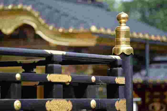 """コース通りに歩いても良いですが、あくまでもモデルコースです。参考程度にして、ご自身の足の向くままに、気になるスポットを緩やかな繋げて""""気ままなお散歩""""を楽しんで下さい。  【「上野東照宮」は、寛永4(1627)年創建の神社。""""東照宮""""とは、家康公(東照大権現)を祀った神社を指すが、日光を筆頭に、当宮を含めて全国各地に数多くある。1651年築の金色の豪奢な社殿は、戦禍も地震も免れた江戸初期の建造物として大変貴重なもので、国の重要文化財に指定されている。遠い日光へ参拝できない江戸の人々のために日光東照宮に準じた社殿を建立したと伝わる。  「上野東照宮」は、拝観無料だが、「唐門」から先、菱格子の「透塀」内側の「社殿」を見学するには、拝観料が要る。日光に匹敵する豪華絢爛な唐門や社殿は、観るべき価値あり。(画像奥が「唐門」、手前が「社殿」一部)】"""