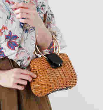 夏のコーデのアクセントにもしやすいラタンのミニバッグ。コンパクトサイズを選ぶことで、大人の女性にふさわしい品のある装いを演出することができます。軽くて使いやすいラタンのミニバッグで、心地よいおでかけを楽しんでみてくださいね♪