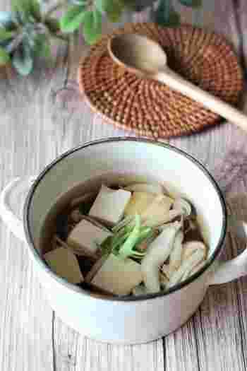 だしに、塩きのこと豆腐を入れて最後に醤油で調味するだけ。あっという間にできる簡単でおいしいすまし汁です。お夜食などにもよさそうですね。