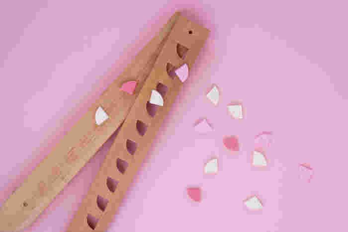 和三盆や砂糖等の材料を、こうして専用の木型に入れて固めた干菓子は、お店によって様々なデザインがあり、オシャレで可愛いものも多いんですよ♪