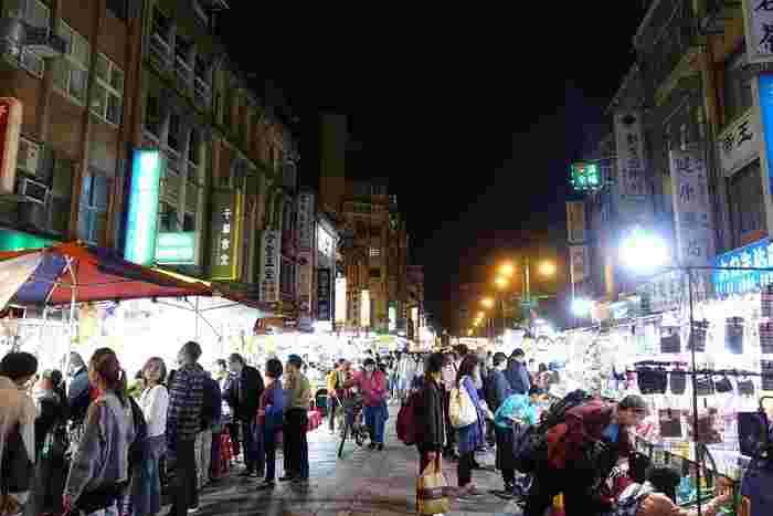 「士林は人も多すぎるし広すぎるなぁ」「もっとのんびりご飯が食べたいな」と感じたら、グルメにうるさい台北市民も大好きな夜市「寧夏夜市」を訪れてみませんか?  士林とは異なり夜市の道が1本だけで、迷いにくくおいしいグルメがかなり多いと評判です。 (この夜市付近でホテルを予約する方も多いのだとか)  「初日で疲れているし、体力を温存しておこう…」という方にもおすすめです。