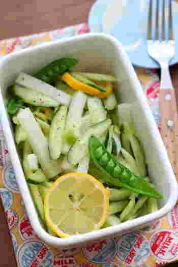 きゅうり、セロリ、スナップエンドウと緑色の野菜をメインで作るマリネ。オリーブオイルとレモンと、塩こしょうのみでシンプルに味付けしたマリネは、肉料理の付け合わせにするとさっぱり食べられます。好みでレモンスライスを入れるのもおすすめ。