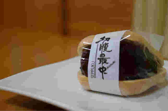 """大正元年に創業された新正堂は、忠臣蔵の浅野内匠頭が江戸城・松の廊下での刃傷事件のお咎めを受けて""""切腹""""をした田村右京太夫屋敷跡にあるため、忠臣蔵にちなんだ「切腹最中」というインパクトの強い最中を販売しています。"""