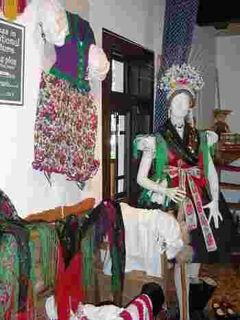 ホッロークーの伝統文化は、パローツ様式と呼ばれる伝統的な建築技術だけに限られておらず、美しく刺繍が施された民族衣装にも表れています。これらの民族衣装は、伝統行事以外の日曜礼拝といった日常的な用途にも使われています。ホッロークーの村を散策していると美しい民族衣装を纏った女性とすれ違うこともあります。
