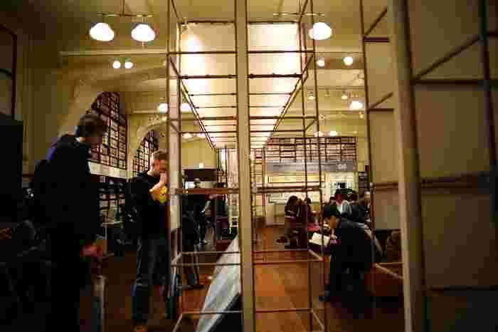 昭和初期建造の元龍池小学校を改修したレトロ・モダンなミュージアムです。マンガ資料の収集・保管・公開を行い、展示やセミナー・ワークショップなども開催しています。ギャラリーゾーン、研究ゾーン、資料収蔵ゾーンの他、ミュージアムショップやカフェも併設。
