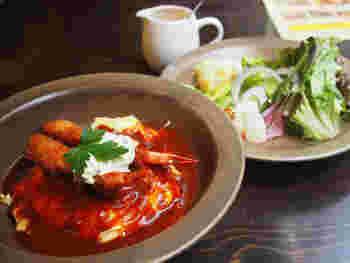 奥能登でとれたお米や、地元野菜などの新鮮な食材、金沢焙煎のオリジナルコーヒーや地元のお酒などを扱う古民家カフェ「FULL OF BEANS」。ランチもディナーも楽しめます。 こちらは、金沢発祥の洋食メニュー:ハントンライス。海老フライとタルタルソースに、デミグラスがかかってるオムライスです。