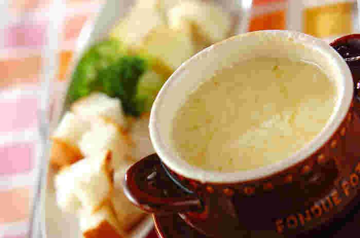 グリュイエールチーズとエメンタールチーズをミックスしてコクのある味わいが美味。パンの他、野菜やエビ、ウインナーソーセージを用意するともっと賑やかになって、栄養バランスも良くなります。