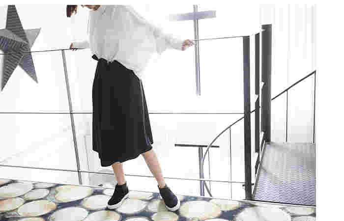 しっくり決まるブラック×ホワイトのモノトーンコーデ。フレアスカートが優しい印象を与えてくれるので堅苦しくなりすぎずカジュアルシューズを合わせてもエレガントに決まります。