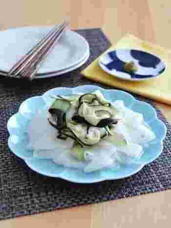 なすや大根を縦にスライスして、ひらひらの状態を活かした上品な甘酢サラダに。柚子胡椒を添えて、風味を加えます。同じ材料でも、切り方次第で印象がぐんと変わりますね。