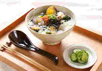 市販のスープの素を使って簡単にできるスープごはん。あさり入りで、より風味豊かに。手軽ですが贅沢な朝ごはんです。