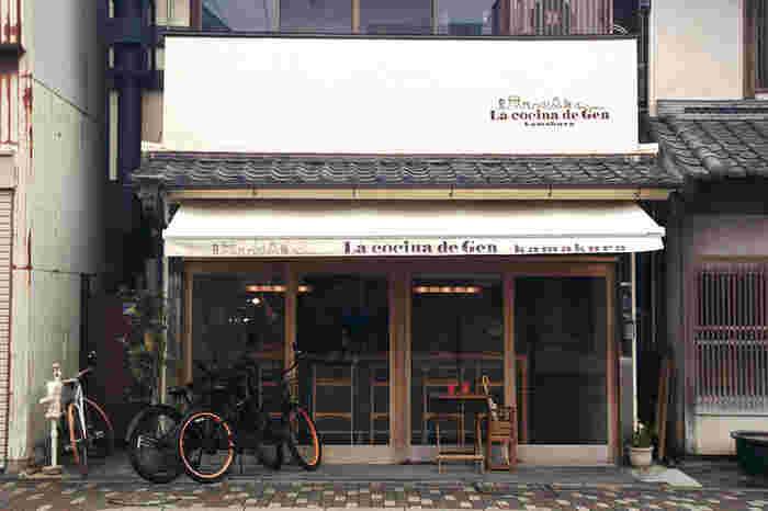 """由比ヶ浜通りで地元民が集う人気店「ラコッシーナデゲン」。オーナーシェフである""""げんさん""""の台所、という意味で、お店にはいつも常連さんが集まっており、笑顔が絶えない明るい人気店です。"""