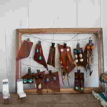 こちらはセリアの「木製アートフレーム」と、「ワイヤーロープ」で作った可愛いピアス収納です。革の端材にピアスを固定して、まるでショップのようなお洒落な雰囲気に。作り方はとっても簡単なので、以下のリンク先のページをぜひ参考にしてみてくださいね。