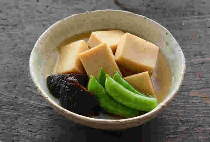 だしがたっぷり染み込んだ高野豆腐の煮物。 冷凍保存もできるそうなので、作り置きしておくと時短できますね。