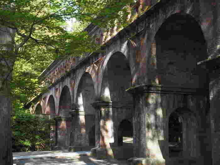 南禅寺境内は、アーチ型の橋脚をもったレンガ造りの趣きある水路閣があります。全長93.2メートルmの水路閣は、南禅寺の境内に琵琶湖疏水を通すため明治23年に建造された水道橋で、現在も京都の上水道の水源として利用されています。