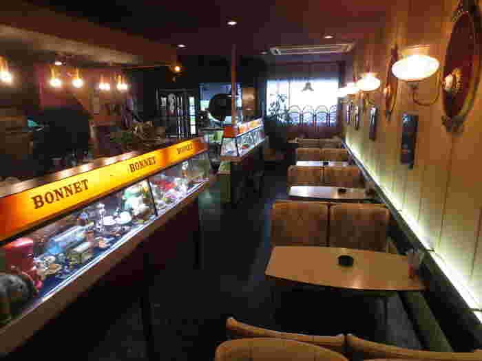 開店当時は、まだハンバーガーが日本人の間で馴染みのなかった時代。そこにオープンしたこの「ボンネット」は、まさに時代の最先端でした。そんな歴史の詰まったハンバーガーと、サイフォンで淹れた香り高いコーヒーを飲みながら、当時に思いを馳せてみてはいかがでしょう。