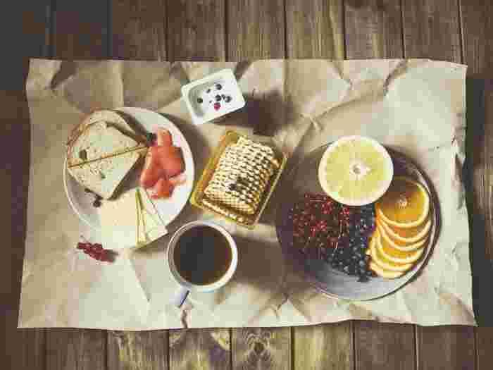 """「トーストアート」とは、その名のとおり""""トースト""""で作る""""アート""""。食パンの上の飾りつけはフルーツやジャムや野菜など、全て食べられるものを使って、まるでお絵かきをするようにトーストに飾っていきます。"""