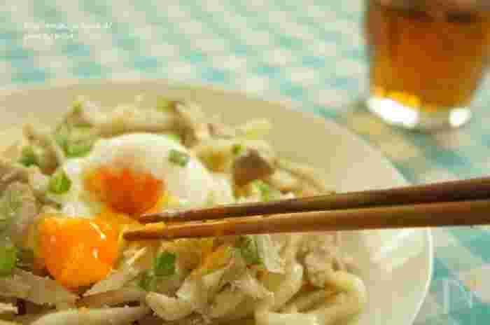 """明太子パスタがお好きな方ならこちら""""うどんバージョン""""もおすすめ。茹でうどんで作れば10分ほどで食卓に。"""