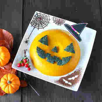 小分けも良いけど、大きなプリンは子供達が大喜びしそう。インパクトがあり、見た目もまるでケーキのように豪華ですが、材料を混ぜ合わせて炊飯器で簡単に作れるんです。飾り付けを工夫すれば、季節感も演出でき、ハロウィンの時期だけでなく一年中使えそう。