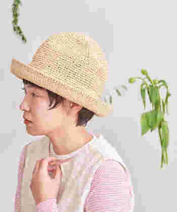 手編みで作られた、ナチュラルな質感のペーパーハット。ちょっぴり高さを出した丸みのあるシルエットで、柔らかな女性らしさを演出しています。ペーパーハットならではの軽さで、帽子は重さを感じるから苦手という方にもおすすめです。