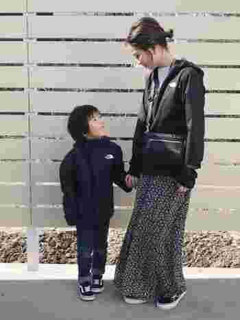 ボーイッシュになりがちなシェルですが、ロングスカートで女性らしいコーデも。モノトーンで統一すれば、大人っぽくまとまります。