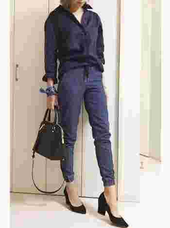 定番のデニムパンツもジョガータイプなら新鮮。こなれたブルートーンコーデで、ありがちな装いから一歩前進!