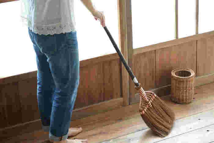 空気中に浮遊していたホコリは、人が眠っている夜の間に床に静かに落ちて積もっています。活動を始める前に、まずはサッと掃除をしましょう。  早朝から掃除機をガーガーかけるのは、近隣住民の眠りを妨げることにもなるので、フローリングワイパーやほうきとちりとりでササッと掃除するのがおすすめです。