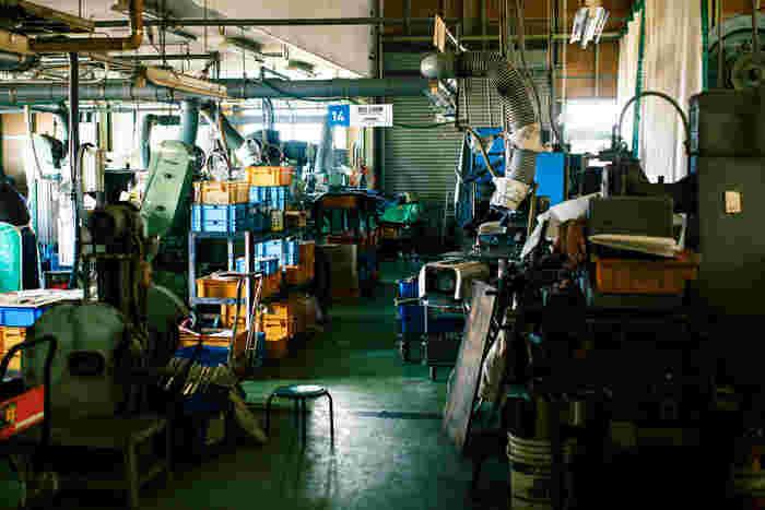 工房内には機械と作業の音が大きく響きます。工房見学をする人がわかりやすいように、作業工程の内容が書かれた看板が吊るされています