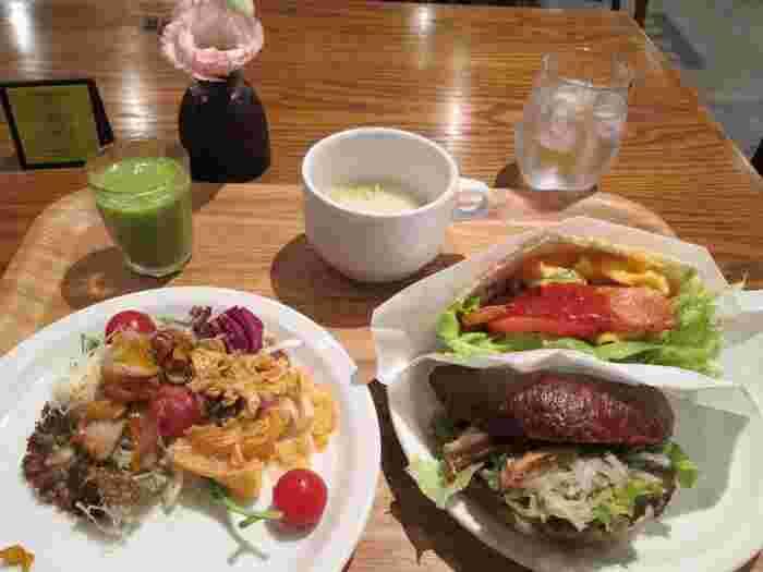 レストランでは、スタイリッシュな空間で、新鮮な野菜をふんだんに使った朝ごはんが味わえます。日替わりのピタパンサンドは食べ応え十分◎。旬の食材で作ったジャムや、スムージーなど、その季節にしか味わえないものもあるそうです。朝食だけの利用もできるそうで、気軽に訪れたいですね♪