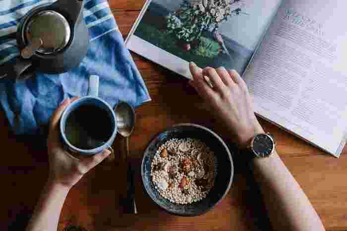 """秋の楽しみは、お気に入りのドリンクを片手に ゆっくりページをめくりたり、じっくり読んだり。  ふと目に留まった美味しそうな写真や絵… 美味しさが想像できるほど言葉で描写されたお料理… 今度、食べに行こうかしら?これなら、家で作れるかも?  そんな""""おいしい物語""""をお届けします♪"""