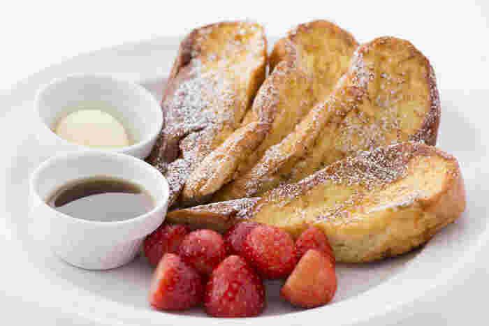 サラベスを代表する「フラッフィー フレンチトースト」は、20年以上にわたって愛されてきた定番メニュー。その名の通りふわふわとした食感とくちどけが魅力で、フレッシュなフルーツとメープルシロップが添えられています。メープルシロップをたっぷりかけて、甘酸っぱいフルーツと一緒にほおばれば、幸せな朝の時間の始まりです。