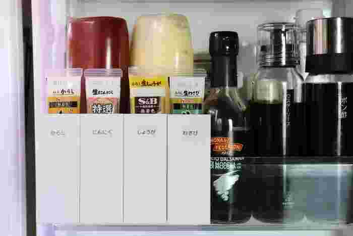 ファイルボックスに取り付けられるペンポケットを、冷蔵庫のドアポケットに取り付けて、チューブ型調味料の収納にしています。1っ本ずつ立てておけるのでとっても便利。こちらはペンポケットをL字型のブックエンドに引っかけています。
