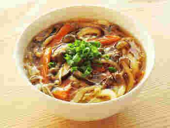 あんかけは、体が温まりますね。でも意外と家で作ることは少ないかも。つゆで野菜やきのこを煮てとろみをつけるだけで簡単ですから、ぜひ作ってみましょう。寒い日に喜ばれます。
