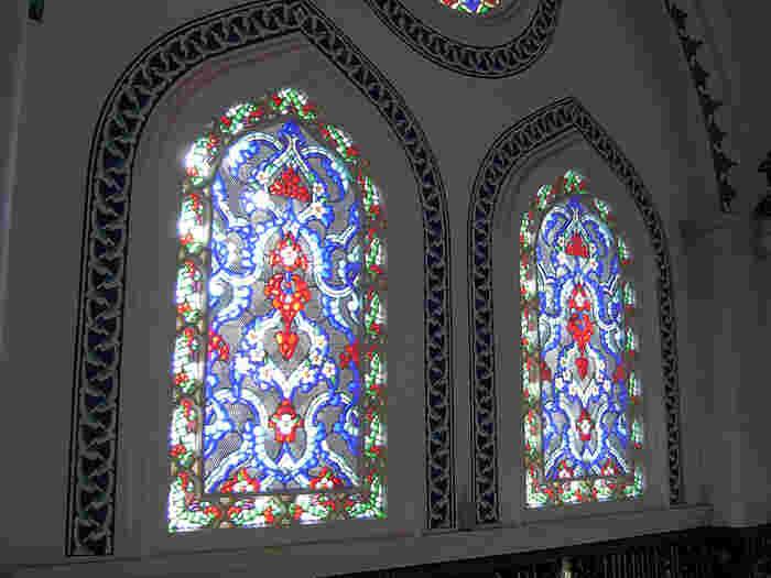 上の画像と同じステンドグラス。幻想的な色彩ですね。