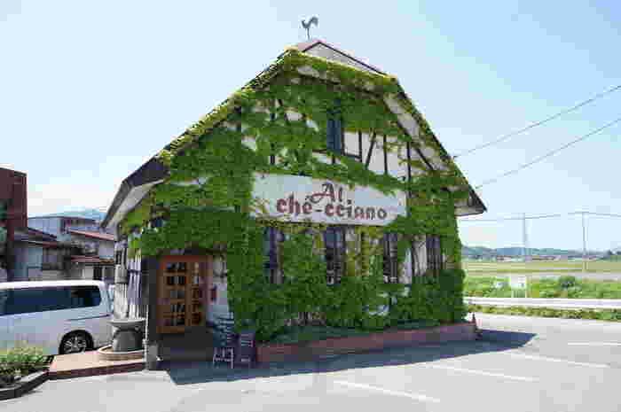 鶴岡「アル・ケッチァーノ」。周囲には稲田が広がっています。