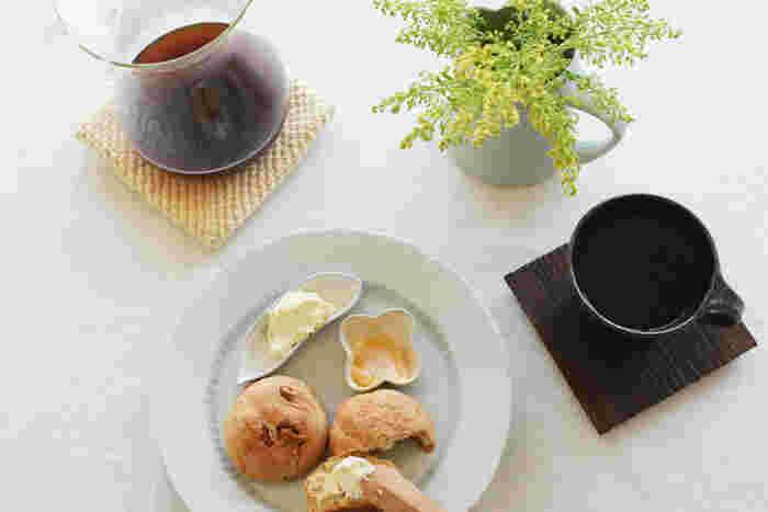 こちらもパンプレートのスタイリング。お皿も豆皿も白で統一すると透明感のあるテーブルコーディネートになりますね。
