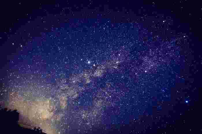 阿智村は、全国星空継続観察で、2016年「星が最も輝いて見える場所」第一位に認定されました。環境省が1988年から実施している全国星空継続観察は、肉眼や双眼鏡など身近な方法で星空を観察し、光害や大気汚染に関心を持ってもらい、温暖化の防止や大気汚染の改善を目的する事業です。つまり「阿智村」は、日本で一番、大気汚染や照明器具の光が少ない、自然に恵まれた場所ということになります。